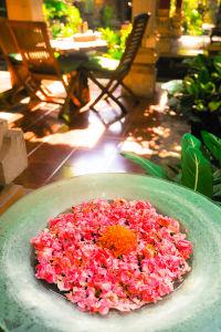 民宿の中庭に飾られた花びら