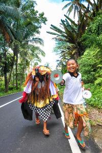 子供たちがバロンを羽織り村中をまわるバロンケタック