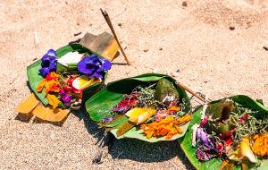 ビーチに置かれたチャナン(花の供物)