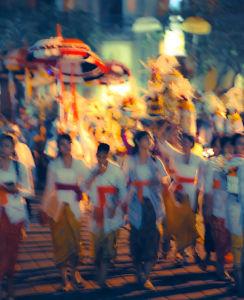 夜のウブドの街を歩く祭礼の行列
