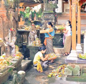 祈りの前にチャナンをお供えする女性たち