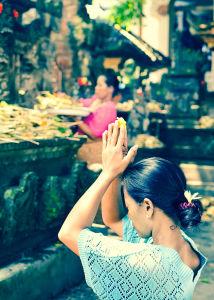 市場の寺院でお祈りを捧げている女性