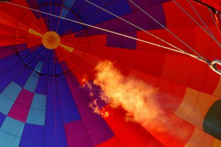 炎を噴き上げながら空を舞う、カラフルな熱気球