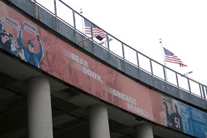 ベアーズの応援歌「Bear Down(襲いかかれ、の意), Chicago Bears」は、古風で威勢のいいマーチ。これが流れて燃えないファンはいない