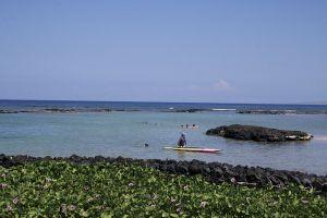 マウナラニのビーチの眺め。黒い溶岩と青い海のコントラストが美しい