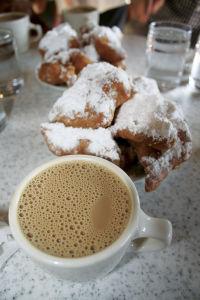 デュモンドの名物「ベニエ」とカフェオレ