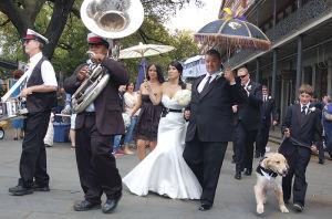 結婚式を挙げたばかりのカップルがブラスバンドと練り歩く=ジャクソン・スクエアで