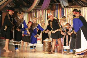 布農部落のステージ。部族に伝わる歌や踊りを見せてくれる