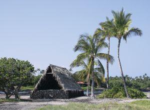 マウナラニの海岸に再現された、古代ハワイのカヌー置き場