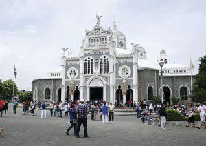 巡礼者がいっぱいの大聖堂前