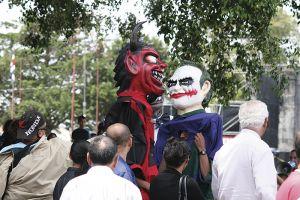 マスカラーダス。仮面をかぶって群衆を脅かしつつ、楽しませる