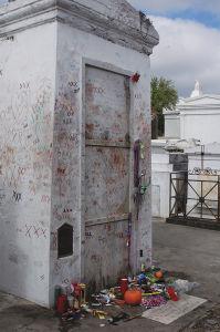 ブードゥーの司祭、マリー・ラボーの墓。彼女の墓に参る訪問者の数はエルビスよりもケネディよりも多いという