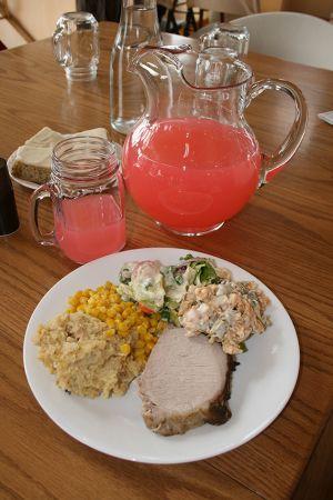 シナモンリッジ・ファームスでランチに出た「セブン・レイヤー・サラダ」。アイオワでは家族の集まりやポットラックパーティーに必ず出る一品。ベーコンビッツ、豆、トマト、レタス、ニンジン、ブロッコリーを、マヨネーズとビネガーであえる