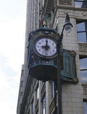 古い建物には、古い時計が