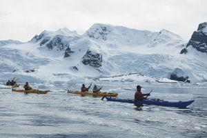 南極の海をゆくカヤック・チーム=7日目、シエルバ・コーブ