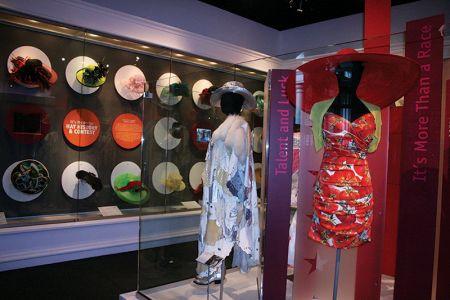 ダービーの観衆がかぶる帽子のコレクションも展示されている