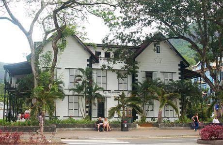 コロニアル風の裁判所の建物