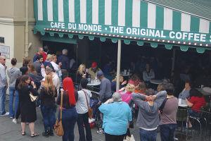 24時間営業の「カフェ・デュモンド」