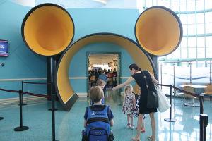 ポート・カナベラルのターミナルからドリーム号へ通じるトンネルの入り口は、ミッキーの耳の形