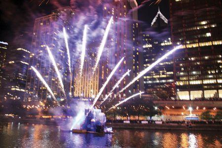 炎と花火で「シカゴ大火」を再現したイベント。シカゴ・リバーの水上で昨年10月に初めて行われた