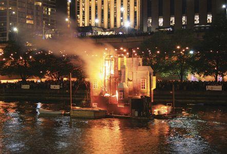 「シカゴ大火」再現イベントを見るため大勢の市民が詰めかけたシカゴ・リバー