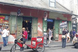フレンチ・クオーターには、ブードゥー関連の店やツアーがたくさんある。フットボールのシーズン中は、相手チームの選手に呪いをかけるブードゥー人形がよく売れる