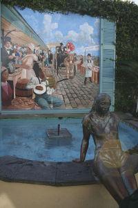フレンチ・マーケットの裏通りにある壁画と彫刻
