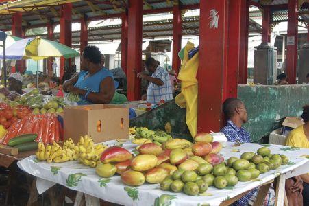 果物が並ぶマーケット