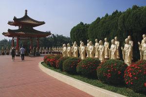 金色の仏像が立ち並ぶ佛光山