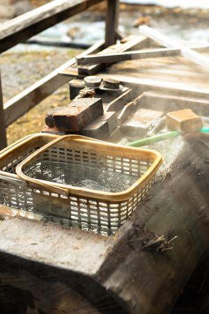 温泉卵が入っている丸太の桶