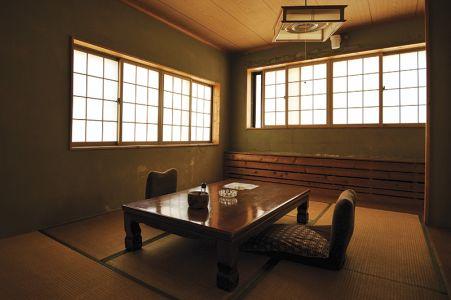 秘湯の宿の簡素な客室