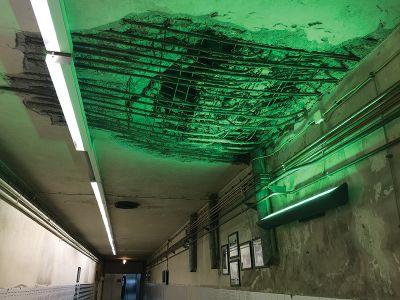 記念病院の廊下には、内戦で爆弾を受けた跡が保存されている