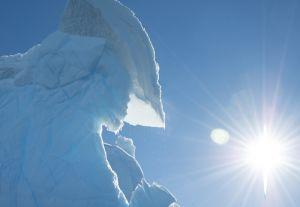 太陽を浴びて輝く、南極の氷山=4日目