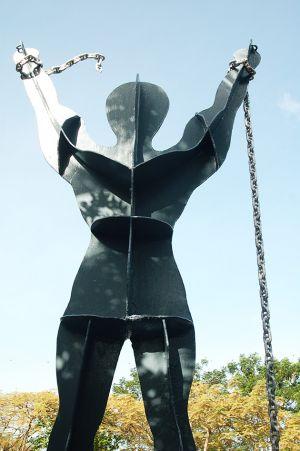 独立を記念する彫刻