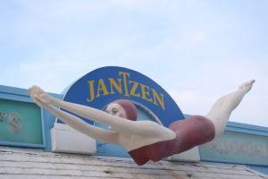 水着屋の看板「ジャンセン・ダイビング・ガール」。1965年からある、デイトナビーチの名物