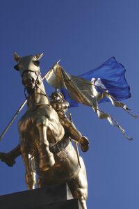金色に輝くジャンヌ・ダルクの像