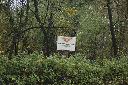 コパチキリ自然公園にあった「地雷注意」の看板。ユーゴ内戦時に埋められたものが撤去されずに残っている