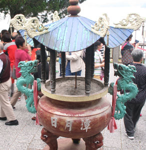 ツアー客でにぎわう、湖畔の玄奘寺