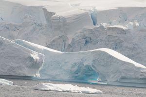 氷山やグレイシャーが折り重なるように次々と現れる=6日目、ルメール海峡