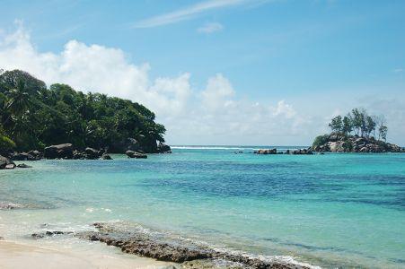 マへ島には65カ所のビーチがある。中央に山がそびえ立ち、平坦な土地は少ない