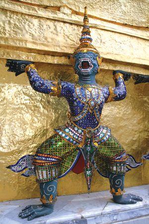 仏塔の台座を支える神々