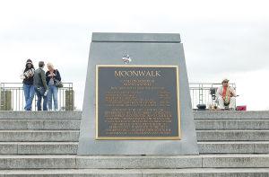 そぞろ歩きできる川沿いの「ムーンウォーク」