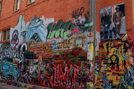 ラピッドシティーのダウンタウンにある細い路地裏「Art Alley」