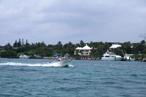 バハマの海を疾走するボート