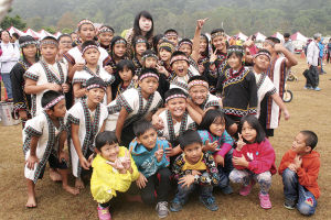 開会式を見ようとやって来た、先住民の子供たち