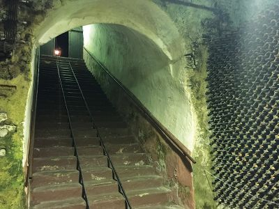 お城の地下のトンネルを利用したワインセラー「Stari Podrumi」