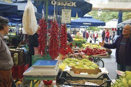 活気あふれる、オシエックの庶民市場