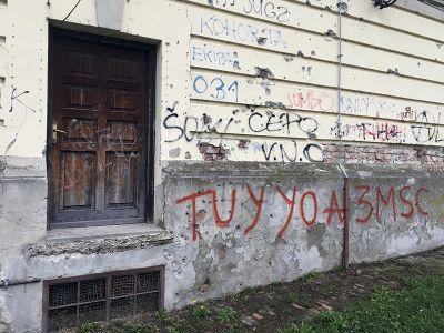 銃弾の跡が残る、オシエックのハイスクールの建物