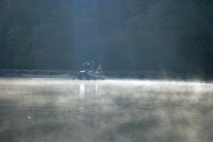 朝霧が残る中、ボートに乗ってフライフィッシングに挑戦する