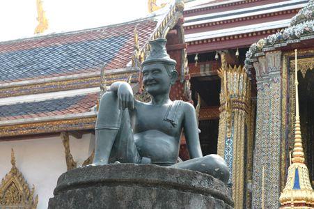 入り口に座る、漢方医の像